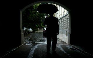 Φιγούρα ανθρώπου εισερχόμενος με ομπρέλα στο Προεδρικό Μέγαρο , Αθήνα , Πέμπτη 26 Μαϊου 2005.Χάλαει ο καιρός από σήμερα στην πρωτεύουσα και στην υπόλοιπη Ελλάδα με ισχυρές βροχές.