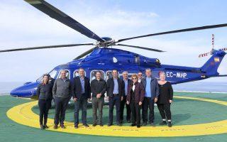 Η μετάβαση στο πλωτό γεωτρύπανο Stena Icemax έγινε με το ελικόπτερο που έχει μισθώσει η ExxonMobil.