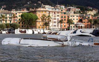 Τα αναποδογυρισμένα σκάφη στο Ραπάλο της Γένοβας μαρτυρούν τη σφοδρότητα των καταιγίδων που προηγήθηκαν.