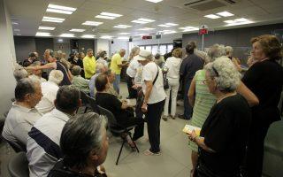 Συνταξιούχοι, που δεν διαθέτουν κάρτα ΑΤΜ περιμένουν μέσα σε υποκατάστημα της Πειραιώς στο Ηράκλειο Κρήτης, Τετάρτη 1 Ιουλίου 2015. Οι συνταξιούχοι, αν και με δυσκολία λόγω του συνωστισμού, εξυπηρετούνται με αλφαβητική σειρά και εισπράττουν μέχρι 120 ευρώ.   ΑΠΕ ΜΠΕ/ΑΠΕ ΜΠΕ/ΣΤΕΦΑΝΟΣ ΡΑΠΑΝΗΣ