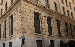 Εισβολή μελών του Ρουβίκωνα στα γραφεία της Τράπεζας της Ελλάδας στο κέντρο της Αθήνας, Τετάρτη 19 Ιουλίου 2017. Η ομάδα «Ρουβίκωνας» μαζί με την Αναρχική Συλλογικότητα Νέας Φιλαδέλφειας εισέβαλαν στην Τράπεζα της Ελλάδος, σύμφωνα με την αστυνομία η ομάδα αποτελούνταν από περίπου 20 άτομα, τα οποία εισήλθαν στο κτίριο γύρω στις 13.40, από την οδό Εδουάρδου, Λο, πέταξαν φυλλάδια με συσθήματα σχετικά με τα μνημόνια και έφυγαν αμέσως. ΑΠΕ-ΜΠΕ/ΑΠΕ-ΜΠΕ/ΑΛΕΞΑΝΔΡΟΣ ΒΛΑΧΟΣ