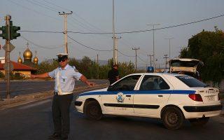 Τροχονόμος κόβει την κυκλοφορία των οχημάτων στη λεωφόρο ΝΑΤΟ, γύρω από το στρατιωτικό αεροδρόμιο Ελευσίνας, Ασπρόπυργος, Κυριακή 10 Σεπτεμβρίου 2017. Η μετακίνηση των κατοίκων και η διακοπή της κυκλοφορίας κρίθηκε αναγκαία καθώς πρόκειται να εξουδετερωθούν από πυροτεχνουργούς του στρατού δύο βόμβες από την εποχή του Β' Παγκόσμιου Πολέμου που βρέθηκαν στην περίμετρο του αεροδρομίου. Λιγοστοί κάτοικοι ανταποκρίθηκαν στην έκκληση της αστυνομίας και του δήμου. ΑΠΕ-ΜΠΕ/ΑΠΕ-ΜΠΕ/ΟΡΕΣΤΗΣ ΠΑΝΑΓΙΩΤΟΥ