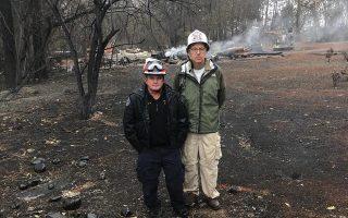 O Κώστας Συνολάκης  (δεξιά) με τον υπαρχηγό της Πυροσβεστικής της Καλιφόρνιας Λάρι Κόλινς, στην περιοχή όπου χτύπησε η φονική «Camp Fire».