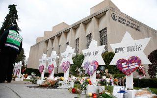 Λουλούδια, κεριά και τα ονόματα των 11 νεκρών έξω από τη συναγωγή του Πίτσμπουργκ, στην οποία εισέβαλε ένοπλος άνδρας προκαλώντας μακελειό.