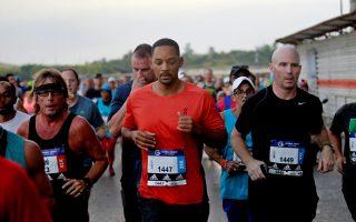 epa07175500 US actor Will Smith (C) participates in the 'Marabana' marathon in Havana, Cuba, 18 November 2018. The popular marathon takes place every year to honor Havana on the day of its foundation as a colonial village on 16 November 1519.  EPA/Yander Zamora