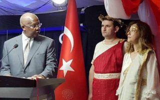 Η πρέσβης της Τουρκίας στην Ουγκάντα ντυμένη «Ωραία Ελένη» και δίπλα της ο σύμβουλος της πρεσβείας ως Ρωμαίος εκατόνταρχος