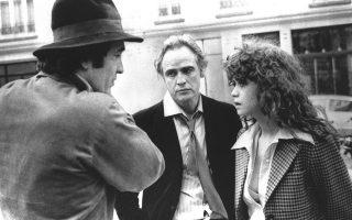 Ο Μπερνάρντο Μπερτολούτσι  (1941-2018, αριστερά) με τους Μάρλον Μπράντο και Μαρία Σνάιντερ στα γυρίσματα του «Τελευταίου τανγκό στο Παρίσι», το 1972.