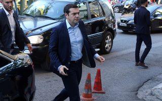 me-to-vlemma-stis-eyrolistes-o-al-tsipras0