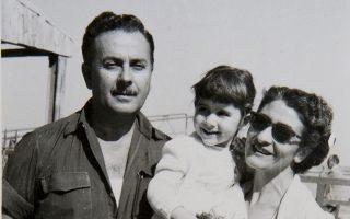 O Γιάννης Ρίτσος και η Φαλίτσα με τη μικρή Ερη στην αγκαλιά της.