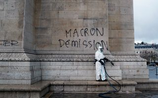 «Μακρόν παραιτήσου», λέει το σύνθημα που έγραψαν πάνω στην Αψίδα του Θριάμβου κάποιοι διαδηλωτές στα επεισόδια του Σαββάτου.
