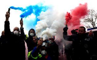 Οδηγοί ασθενοφόρων διαδηλώνουν, κρατώντας πυρσούς με τα χρώματα της γαλλικής σημαίας, στο Παρίσι.