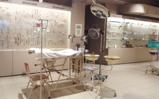 Ιατρικά μηχανήματα, εργαλεία κλινικής εξέτασης. Χειρουργεία στημένα. Πλήρης αναπαράσταση ενός ιατρείου εκστρατείας. Αίθουσα αναπήρων πολέμου.
