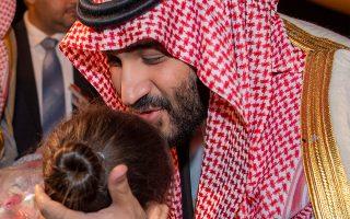 Ο πρίγκιπας Μοχάμεντ μπιν Σαλμάν κατά την άφιξή του την Κυριακή στην Αλγερία.