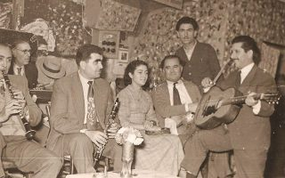 Στο αθηναϊκό κέντρο «Ζούγκλα», το 1956. Η Τασία Βέρρα ήταν τότε 15 ετών. Λίγο αργότερα, ο Στέλιος Καζαντζίδης της πρότεινε να συνεργαστούν. «Δεν πήγα γιατί ήθελε μόνο εμένα. Δεν μπορούσα να μη σκεφτώ και τους συνεργάτες μου».
