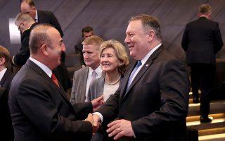 Ο Αμερικανός υπουργός Εξωτερικών Μάικ Πομπέο (δεξιά) ανταλλάσσει χειραψία με τον Τούρκο ομόλογό του Μεβλούτ Τσαβούσογλου στο αρχηγείο του ΝΑΤΟ, στις Βρυξέλλες.