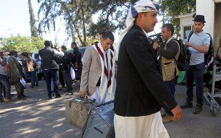 Μέλος της αποστολής των Χούτι αναχωρεί από τη Σαναά για τις διαπραγματεύσεις στη Σουηδία.