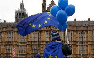 Ακτιβιστές κατά του Brexit έξω από το Κοινοβούλιο στο Λονδίνο.