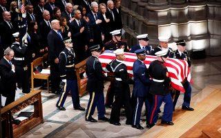 Σε μια σπάνια, για τα σημερινά δεδομένα της Αμερικής, στιγμή εθνικής ενότητας, ο Ντόναλντ Τραμπ και τέσσερις προκάτοχοί του αποχαιρέτισαν τον Τζορτζ Χέρμπερτ Γουόκερ Μπους, τον ήρωα του Β΄ Παγκοσμίου Πολέμου, που επισφράγισε τη νίκη έναντι της ΕΣΣΔ στον Ψυχρό Πόλεμο. Οι Τραμπ, Ομπάμα, Κλίντον και Κάρτερ, μαζί με τον υιό Μπους, αποτίουν φόρο τιμής, καθώς η σορός του 41ου προέδρου εισέρχεται στον καθεδρικό ναό.