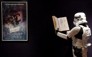 Πολλοί πλειστηριασμοί αφορούν αντικείμενα από την αγαπημένη σειρά ταινιών «Ο Πόλεμος των Αστρων». Ενας άνδρας ντυμένος με τη χαρακτηριστική στολή φωτογραφίζεται μπροστά σε πόστερ της ταινίας.