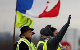 Διαδηλωτές με τα χαρακτηριστικά κίτρινα γιλέκα έχουν καταλάβει οδικό κόμβο στην κοινότητα Ροπανέμ, στη βορειοανατολική Γαλλία.