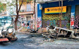 Κατεστραμμένες είσοδοι πολυκατοικιών, σπασμένες βιτρίνες καταστημάτων, φθορές στο οδόστρωμα, αποκαΐδια: τα επεισόδια και οι βανδαλισμοί, με αφορμή την επέτειο από τη δολοφονία του Αλέξανδρου Γρηγορόπουλου, άφησαν εικόνα καταστροφής στα Εξάρχεια και τους κατοίκους να μετρούν «πληγές». Στη Θεσσαλονίκη, καταστροφή και λεηλασία αντίκρισαν χθες το πρωί οι υπεύθυνοι της Θεολογικής Σχολής του ΑΠΘ, που εκτιμούν ότι το κόστος των ζημιών θα προσεγγίσει τις 100.000 ευρώ.