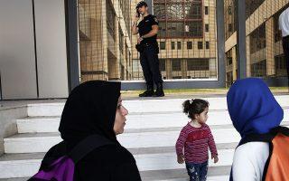 Η Ενιαία Ανεξάρτητη Αρχή Δημοσίων Συμβάσεων βάζει... φρένο στα «σχέδια» του υπουργείου Μεταναστευτικής Πολιτικής σχετικά με τις συμβάσεις για τη στέγαση αιτούντων άσυλο και προσφύγων.