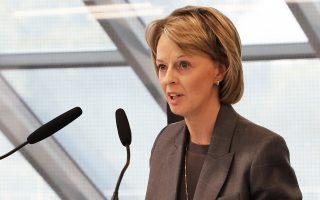 Η πρέσβειρα της Σουηδίας Σάρλοτ Σάμελιν στο βήμα.
