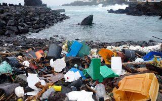 Ο άνθρωπος κινδυνεύει περισσότερο από τα μικροπλαστικά που εισχωρούν στον οργανισμό του από το νερό, τον αέρα και τα προϊόντα που καταναλώνει.
