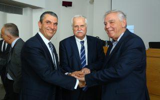 To μνημόνιο συναντίληψης φορέων υπέγραψαν οι πρόεδροι των συνδέσμων (από αριστερά προς τα δεξιά) Κωνσταντίνος Καλλέργης (ΣΕΓΜ), Γιώργος Συριανός (ΣΤΕΑΤ) και Γιώργος Βλάχος (ΣΑΤΕ).
