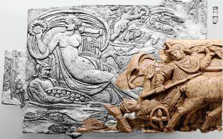 Τέταρτος αιώνας μ.Χ., αρχαία Ελεύθερνα: ελεφαντοστέινο πλακίδιο. Δεξιά, τμήμα ελεφαντοστέινης πλάκας.