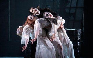 Ο «Κόμης Δράκουλας» σε διασκευή για μπαλέτο, όπως παρουσιάστηκε στο West Yorkshire Playhouse, από την ομάδα Northern Ballet και σε χορογραφία του Ντέιβιντ Νίξον το 2014.