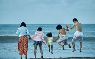 Μια ετερόκλητη οικογένεια ενώνεται προκειμένου να επιβιώσει στις παρυφές της ιαπωνικής κοινωνίας.