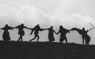 Ο χορός του θανάτου: η περίφημη τελευταία σκηνή στην «Εβδομη σφραγίδα» του Μπέργκμαν, με τον Θάνατο (δεξιά) να σέρνει τις ψυχές που έχει πάρει μαζί του.