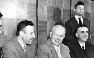 Τίρανα, 1959. Ο Σοβιετικός ηγέτης Νικίτα Χρουστσόφ ανάμεσα στον Αλβανό κομματικό ηγέτη Ενβέρ Χότζα (δεξιά) και τον πρωθυπουργό Μεχμέτ Σέχου. Λίγα χρόνια αργότερα, το δόγμα Μπρέζνιεφ για περιορισμένη κυριαρχία των σοσιαλιστικών χωρών είχε ως συνέπεια, μεταξύ άλλων, και την πρωτοβουλία προσέγγισης της Ελλάδας από την αλβανική ηγεσία.