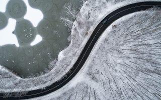 Από ψηλά. Τοπία σε άσπρο μαύρο καθώς ο χειμώνας προχωρά. Στην φωτογραφία η παγωμένη λίμνη στην περιοχή Komlo-Sikonda της Ουγγαρίας. EPA/TAMAS SOKI