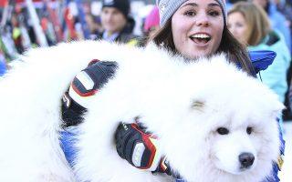 Ο ιδανικός σκύλος. Ασχολείσαι με τα χιόνια μια ολόκληρη ζωή. Είσαι πρωταθλήτρια του σκι και έχεις και ένα σκύλο. Πως θα μοιάζει; Μα με χιονόμπαλα φυσικά. Στην φωτογραφία η Ιταλίδα πρωταθλήτρια  Nicol Delago, αγκαλιάζει τον σκύλο της μετά το τέλος της προσπάθειάς της στο Παγκόσμιο Πρωτάθλημα Σκι Γυναικών  στην Val Gardena της Ιταλίας. AP Photo/Alessandro Trovati)