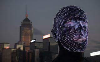 Ομιλούσα κεφαλή. Φεστιβάλ φωτός γίνεται στο Χoνγκ Κoνγκ και στο πλαίσιο αυτού στήθηκαν τα εντυπωσιακά αγάλματα στο λιμάνι της πόλης. Το έργο του Ούγγρου Viktor Vicsek ονομάζεται  «Talking Heads», αποτελείται από δυο εντυπωσιακά αγάλματα με φως και θα μπορεί κανείς να τα δει -αν βρεθεί στην πόλη- μέχρι τις 24 Φεβρουαρίου του 2019. EPA/JEROME FAVRE