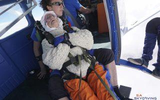 Τρομερή γιαγιά. Η εικονιζόμενη  Irene O'Shea είναι επισήμως η γηραιότερη γυναίκα που έκανε ελεύθερη πτώση. Η Irene, 102 ετών, έκανε το παγκόσμιο ρεκόρ για φιλανθρωπικό σκοπό στην Αυστραλία και συγκεκριμένα στο Langhorne Creek. Στην φωτογραφία ήσυχη στην αγκαλιά του εκπαιδευτή της. (SA Skydiving via AP)