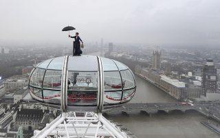 Η δεύτερη. Αν λατρέψατε την πρώτη ταινία της Mary Poppins ετοιμαστείτε για την δεύτερη. Με μια εντυπωσιακή εμφάνιση στο London Eye με φόντο το Λονδίνο μια κασκαντέρ διαφημίζει την ευρωπαϊκή πρεμιέρα της ταινίας Mary Poppins Returns. Joe Giddens/PA via AP