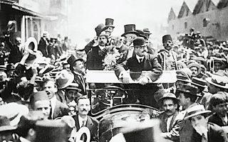Θα πρέπει να δει κανείς τον επιτυχημένο βενιζελικό εκσυγχρονισμό της δεκαετίας του 1910, που άλλαξε συθέμελα κράτος και κοινωνία, παρά τις τρομερές αντιστάσεις που πήραν τη μορφή ενός εθνικού διχασμού.