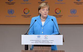 «Οι άνθρωποι δεν πρέπει να διασχίζουν τα σύνορα με διακινητές», υποστήριξε στο βήμα της διάσκεψης του ΟΗΕ η Γερμανίδα καγκελάριος Μέρκελ. «Η κατάσταση μπορεί να αντιμετωπιστεί μόνο με διεθνή συνεργασία».