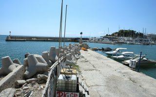 Ενα κομμάτι της προβλήτας έπεσε στη θάλασσα στο Μικρολίμανο, με αποτέλεσμα να μην υπάρχει δυνατότητα πρυμνοδέτησης ελλιμενισμένων σκαφών.