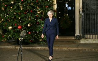 Η Βρετανίδα πρωθυπουργός Τερέζα Μέι ετοιμάζεται να κάνει δηλώσεις μετά τη νίκη της στη Βουλή, όπου έλαβε 200 ψήφους υπέρ και 117 κατά.