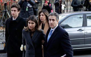 Ο Μάικλ Κοέν προσέρχεται στο δικαστήριο για την ανακοίνωση της ποινής, συνοδευόμενος από μέλη της οικογένειάς του.