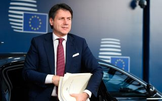 Ο πρωθυπουργός της Ιταλίας Τζουζέπε Κόντε πρότεινε στον πρόεδρο της Ευρωπαϊκής Επιτροπής Ζαν-Κλοντ Γιούνκερ τη μείωση του στόχου για το δημοσιονομικό έλλειμμα της Ιταλίας το 2019 από το 2,4% του ΑΕΠ στο 2,04%.