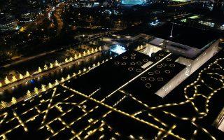 Τα έργα τους φωτίζουν δρόμους της Θεσσαλονίκης και της Αθήνας, ενώ τρεις φωτιστικές εγκαταστάσεις τους «ανάβουν» το κέφι στο Κέντρο Πολιτισμού Ιδρυμα Σταύρος Νιάρχος. Η διακεκριμένη ομάδα Beforelight μιλάει στην «Κ» για το φως και το σκοτάδι στον δημόσιο χώρο, τη σημασία του εικαστικού φωτισμού και τα λάθη που κάνουν οι πόλεις κάθε φορά που στολίζουν για τα Χριστούγεννα.