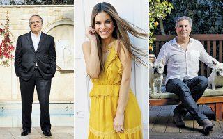 Αριστερά, ο πρόεδρος και διευθύνων σύμβουλος της Paramount Τζ. Γιαννόπουλος. Η ηθοποιός και τηλεοπτική παρουσιάστρια Μαρία Μενούνος φωτογραφημένη στο σπίτι της, λίγο έξω από το Λος Αντζελες. Δεξιά, ο Σπύρος Σκούρας, ισχυρός καλλιτεχνικός ατζέντης και εγγονός του Σπύρου Σκούρα, εμβληματικού προέδρου της 20th Century Fox.