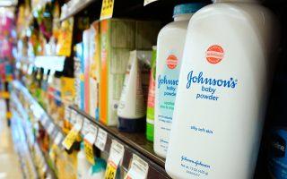 Εναντίον της Johnson & Johnson έχουν κατατεθεί 6.000 αγωγές, κατηγορώντας την ότι με τα προϊόντα Baby Powder και Shower to Shower έχει προκαλέσει σε χιλιάδες γυναίκες καρκίνο των ωοθηκών.