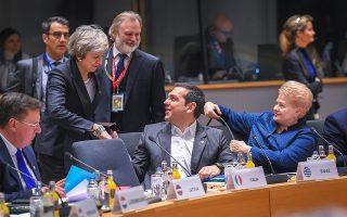 Χειραψία με τη Βρετανίδα πρωθυπουργό Τερέζα Μέι (αριστερά) ανταλλάσσει ο κ. Τσίπρας στο περιθώριο του Ευρωπαϊκού Συμβουλίου στις Βρυξέλλες, έχοντας δίπλα του την πρόεδρο της Λιθουανίας Ντάλια Γκριμπαουσκάιτε. Μετά τη λήξη του συνόδου ο κ. Τσίπρας μετέβη στη Θεσσαλονίκη.