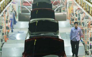 Ενδεικτικό της επιφυλακτικότητας των Κινέζων καταναλωτών είναι το γεγονός ότι οι πωλήσεις των αυτοκινήτων υποχώρησαν κατά 14% τον Νοέμβριο.